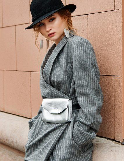 kobieta w kapeluszu i modnym płaszczu