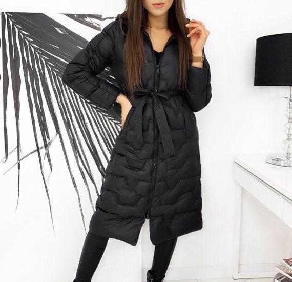 czarny pikowany płaszcz damski - stylizacja zimowa
